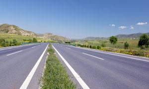 田野中的高速公路摄影图片
