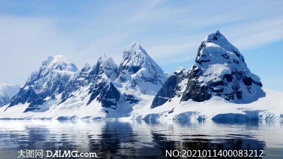 蓝天下的雪山和冰川摄影图片
