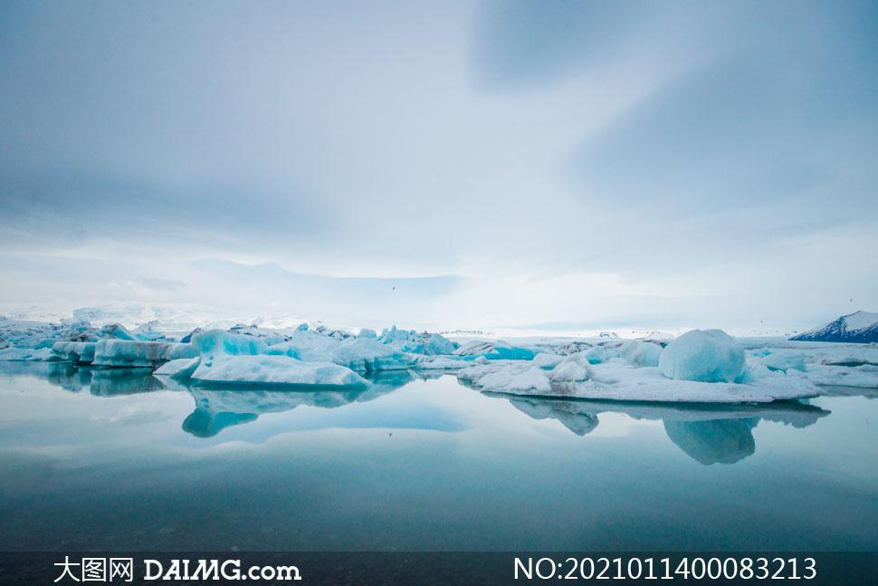 大海中的冰雪和冰川摄影图片