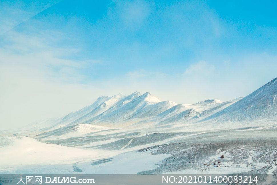 蓝天白云下的雪山风光摄影图片