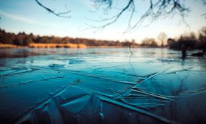 冬季结冰的湖面摄影图片