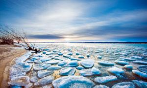 冬季湖边沙滩上的浮冰摄影图片