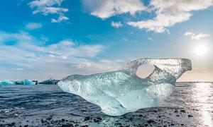 早晨沙滩上的超大浮冰摄影图片