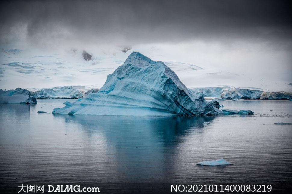 乌云下的冰川海岛摄影图片