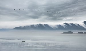 霞浦海边养殖区和远山摄影图片