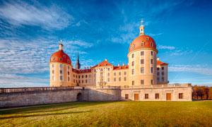 蓝天白云下的欧式城堡摄影图片