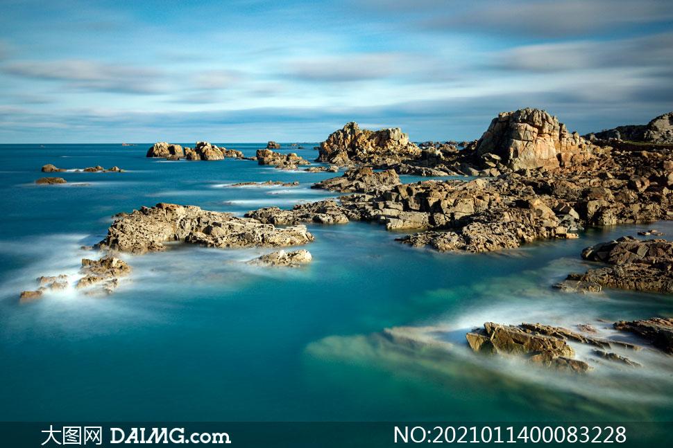 海边的礁石景观摄影图片