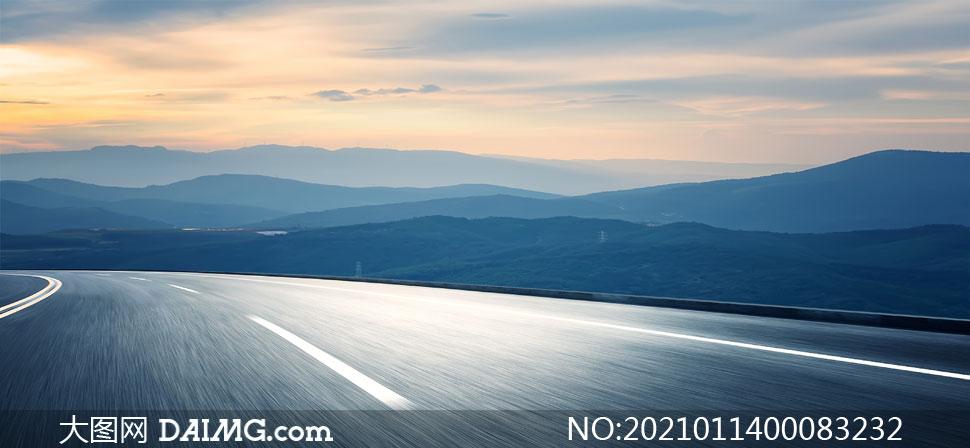 夕阳下的高速公路和远山摄影图片