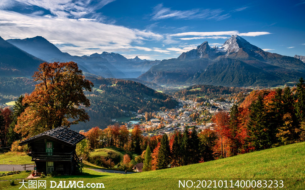 山顶上俯瞰山脚城镇景观摄影图片