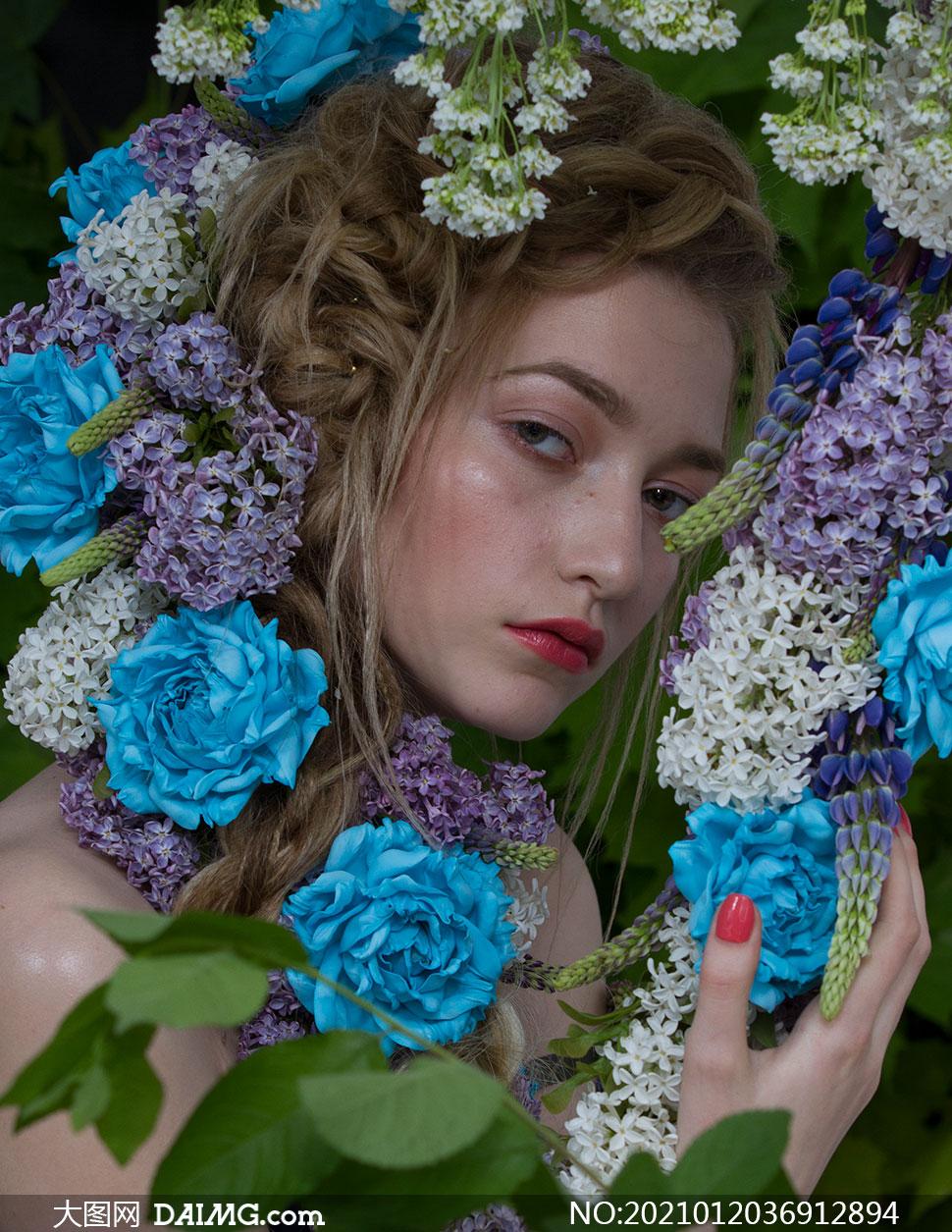 用手触摸着鲜花的美女摄影原片素材