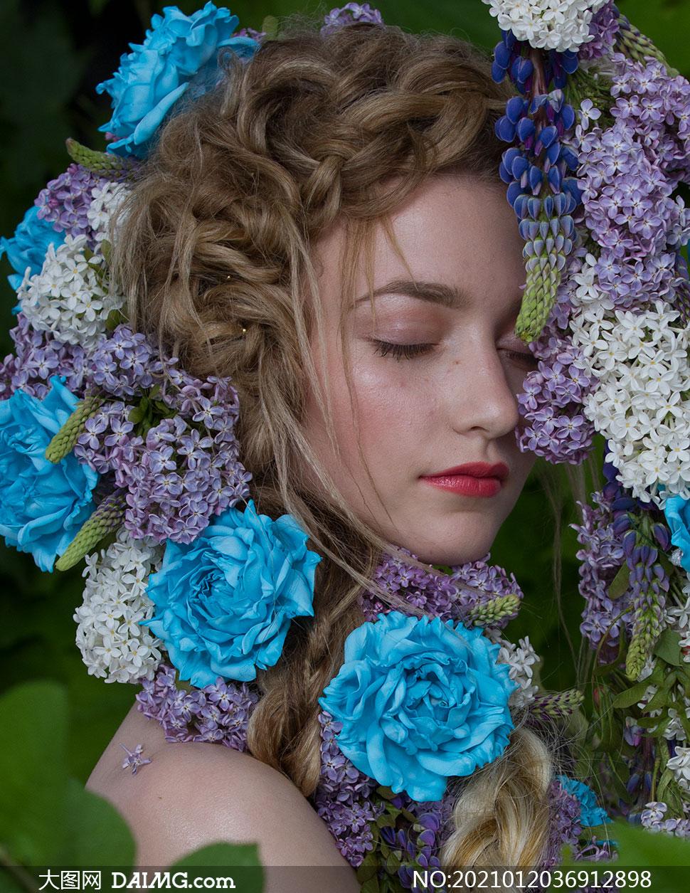 在闻着花香的红唇美女写真摄影原片