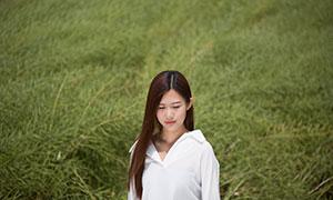 穿白衬衫的披肩发美女摄影原片素材