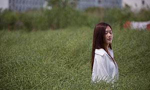 徜徉在自然美景中的披肩发美女原片