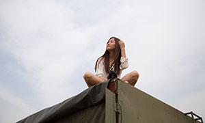 坐在高处的披肩发美女模特摄影原片