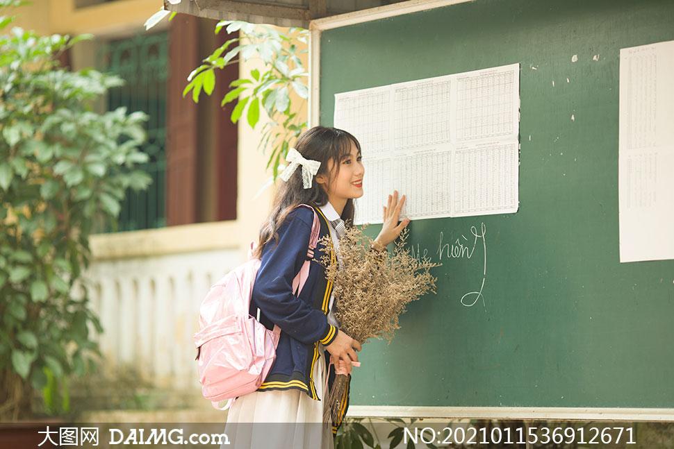 站在黑板前的女生人物摄影高清原片
