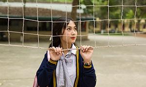 手扒着球网的校园女生写真摄影原片