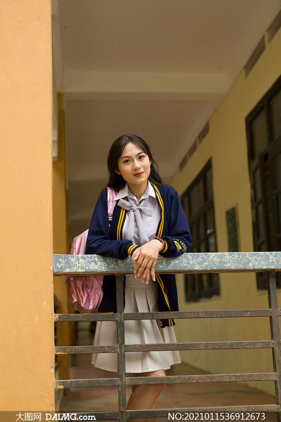 背书包靠着栏杆的女生写真摄影原片