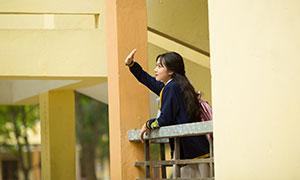 校园里靠着护栏的女生写真摄影原片