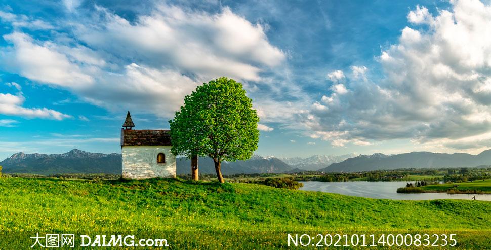 蓝天白云下的河流和草地摄影图片