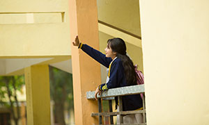 校园护栏边的女生人物摄影原片素材