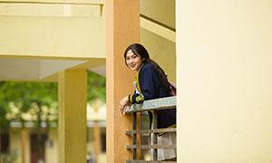 沾在护栏边的美女校园写真摄影原片