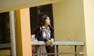 栏杆旁看着远处的美女摄影原片素材