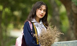 抱干花背着书包的美女摄影原片素材