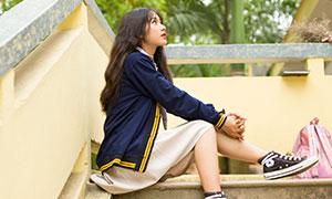坐在台阶上的长发美女校园写真原片