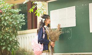 黑板前的长发女生校园写真摄影原片