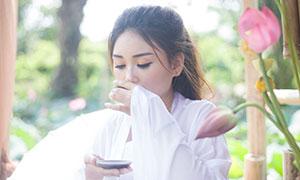 荷塘边饮茶的白衣女子摄影原片素材