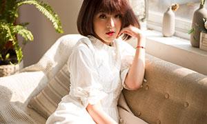 窝在沙发丧的白裙美女摄影原片素材