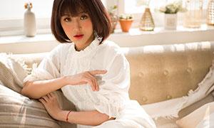 坐在沙发上的白裙美女摄影原片素材