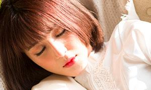 躺在沙发上休息的短发美女摄影原片