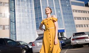 大楼前的吊带服饰美女外景摄影原片
