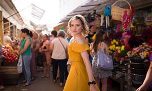 走在集市上的美女人物摄影原片素材