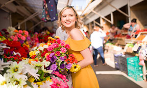 集市鲜花前的美女人物摄影原片素材