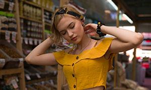 在整理头发的黄裙美女摄影原片素材