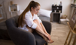 坐沙发上的马尾发美女摄影原片素材