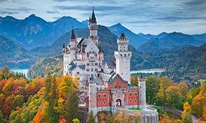 秋季大山中的欧式城堡摄影图片
