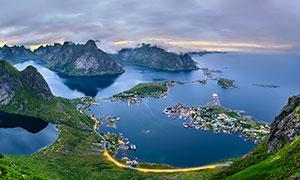 山顶俯瞰海边的渔村景观摄影图片