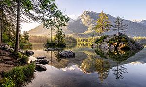 山脚下湖泊中的岩石摄影图片
