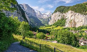 山谷中的村庄美景摄影图片