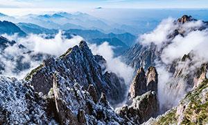冬季大雪后的山峰山谷摄影图片