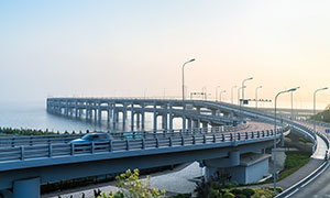 蓝天下的跨海大桥摄影图片