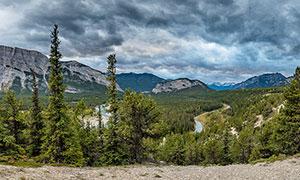 山脚下的山林和河流摄影图片