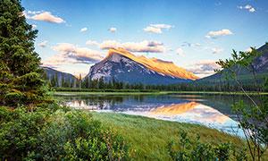 蓝天白云下的湖泊倒影高清摄影图片