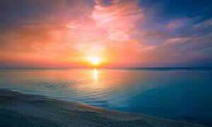 夕阳下的海边沙滩高清摄影图片