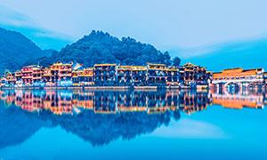 河边凤凰古城美丽倒影摄影图片
