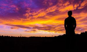 金色黄昏下的人物剪影摄影图片