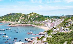 海边城镇和码头上停泊的船只摄影图片